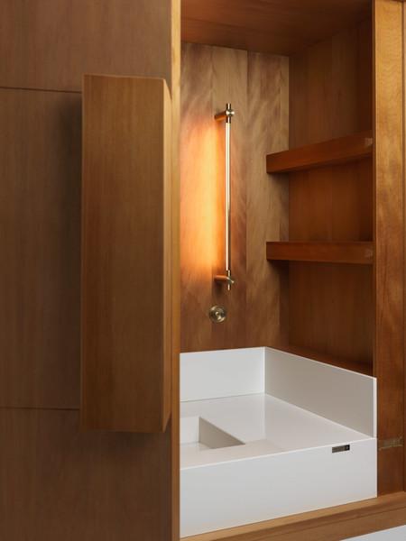 ¿Buena o mala idea? Esconder el lavabo en un mueble tocador de baño de madera