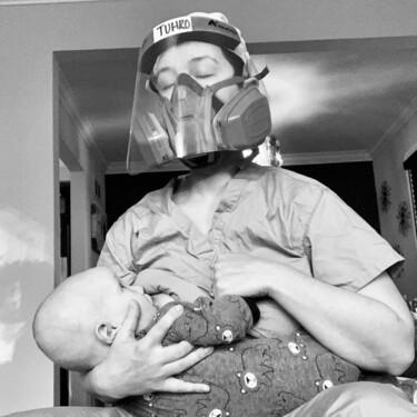 Esta foto de una enfermera de la UCI dando el pecho a su hijo ilustra a las madres trabajadoras en tiempos de coronavirus