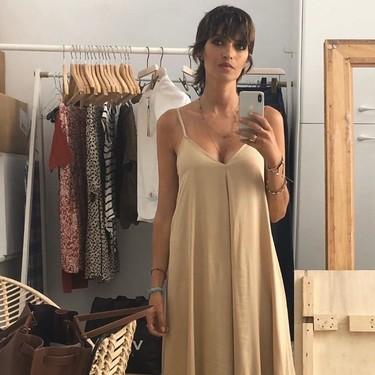 Sara Carbonero tiene el vestido beige que más acentúa su bronceado y está así de guapa con él