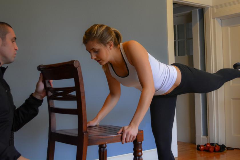 Un circuito para entrenar en casa solo con una silla (y no perder la forma esta Navidad)