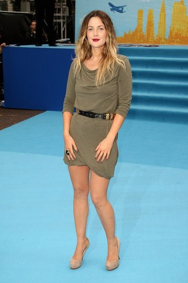 Drew Barrymore de Alexander McQueen en la premiere Going the Distance