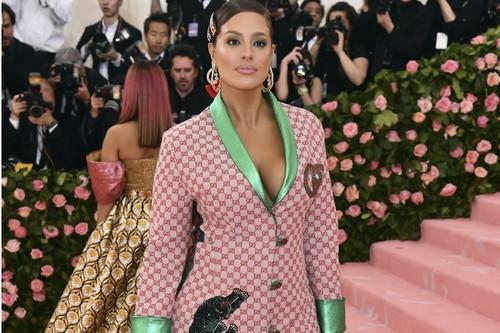 Gala MET 2019: Ashley Graham se apunta a la tendencia de las horquillas, con una coleta que rebosa adornos