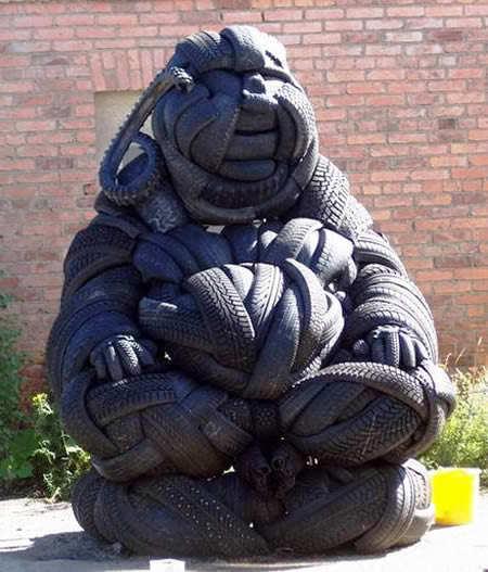 Escultura hecha de neumáticos