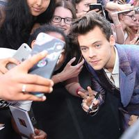 Harry Styles cambia a Gucci por Alexander McQueen en un colorido look para los premios ARIA
