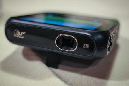 ZTE pone a la venta LivePro, su hotspot WiFi con función de proyector HD