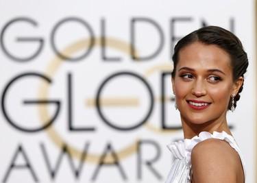 Alicia Vikander brilla de la mano de Louis Vuitton en la alfombra roja de los Globos de Oro