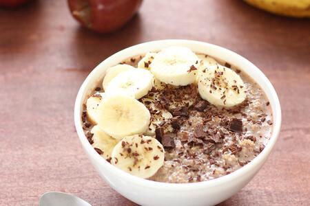Quinoa con chocolate amargo y fruta. Receta fácil y saludable de desayuno