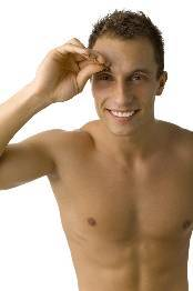 Rostro masculino uniforme: la aplicación de la base de maquillaje
