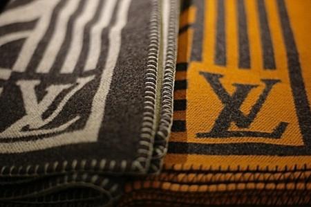 Clonados y pillados: las bufandas-manta de Louis Vuitton