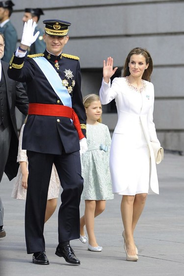Doña Letizia proclamada reina con un vestido corto y de color blanco roto firmado por Felipe Varela
