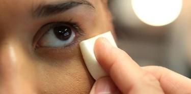 Una cadena de televisión marroquí celebra el día contra el maltrato con un tutorial de maquillaje para esconderlo