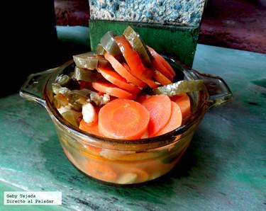 Escabeche. Chiles y zanahorias en salmuera con aceite de oliva y vinagre de vino blanco