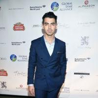 Clásico pero eficaz: Joe Jonas con traje azul de Tommy Hilfiger Tailored