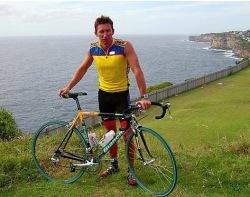 Troy Bayliss se cae de la bici