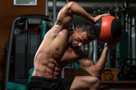 Entrena tu abdomen intesamente con estos siete ejercicios con balón medicinal