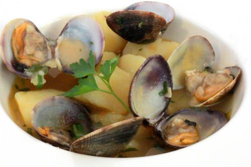 Almejas gallegas con cachelos, receta reconfortante para disfrutar