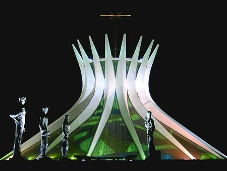 Vista nocturna de la catedral de Brasilia.