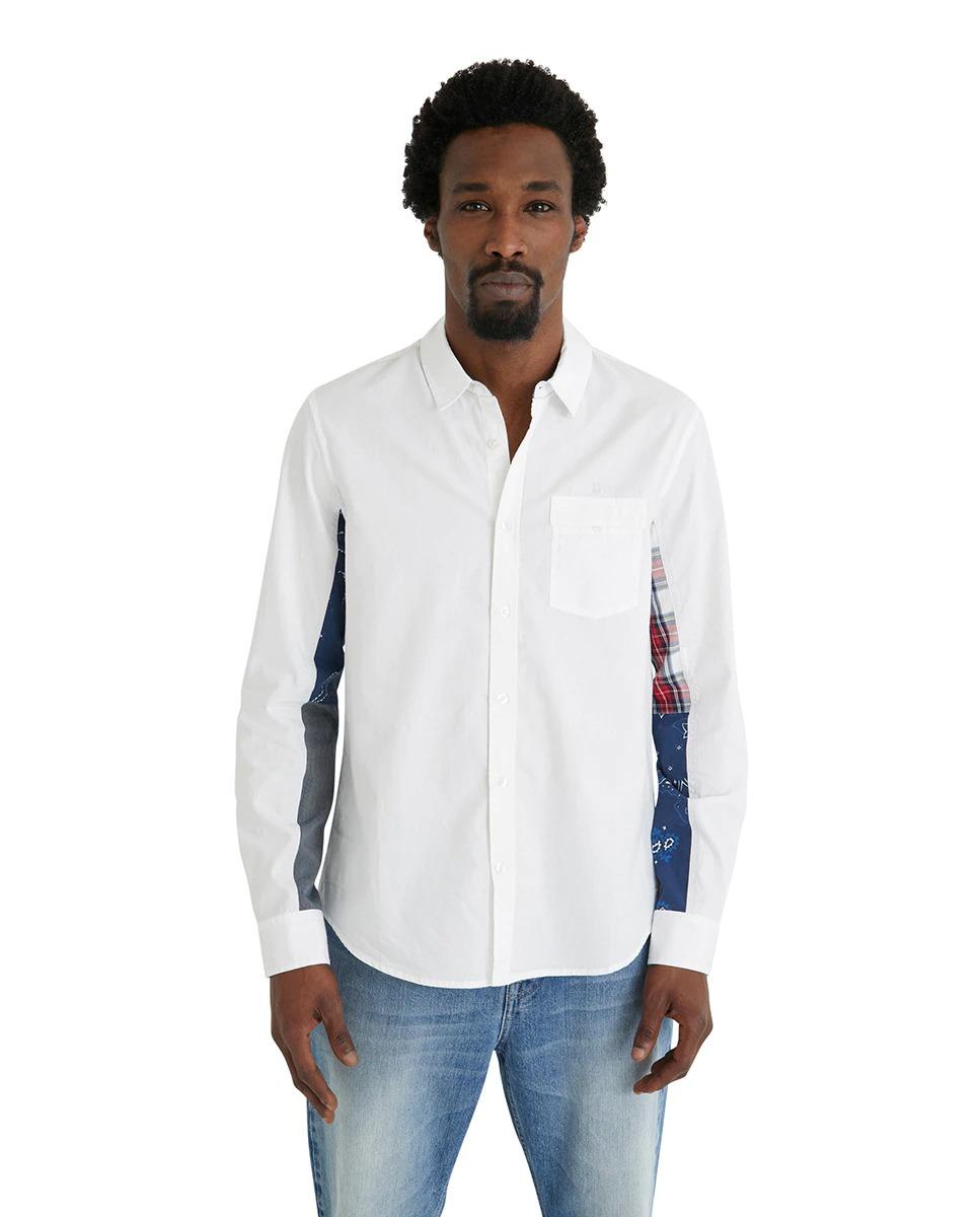 Camisa de tejido denim regular fit de color blanco con cuello cutaway y estampado patch en las mangas de cuadros y cenefas. Nueva colección Hombre OI21 Desigual.