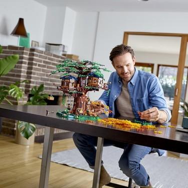 Si no te cabe una casa del árbol en el jardín, puedes tener en interior la miniatura sostenible de LEGO