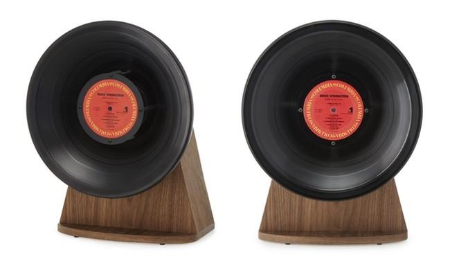 Este curioso altavoz con forma de gramófono está fabricado con un disco de vinilo
