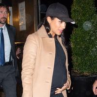 Meghan Markle con chándal y gorra de color negro para celebrar su 'Baby Shower' en Nueva York y con Amal Clooney