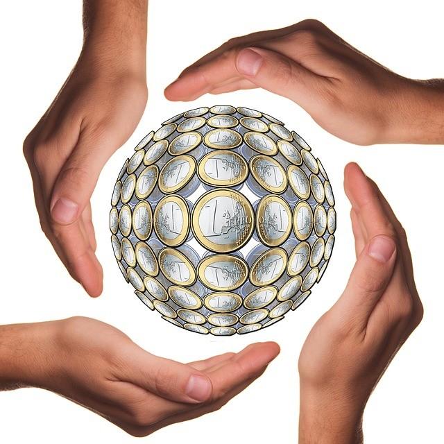 Balón constituido por monedas de euro.