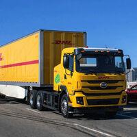 DHL ya está experimentando con camiones chinos 100% eléctricos, pero de momento sólo en recorridos cortos