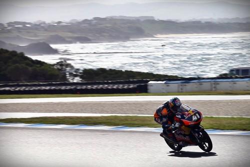Brad Binder se lleva el triunfo de Moto3, en una carrera partida por el susto de McPhee