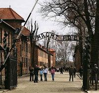Roban el cartel de Auschwitz