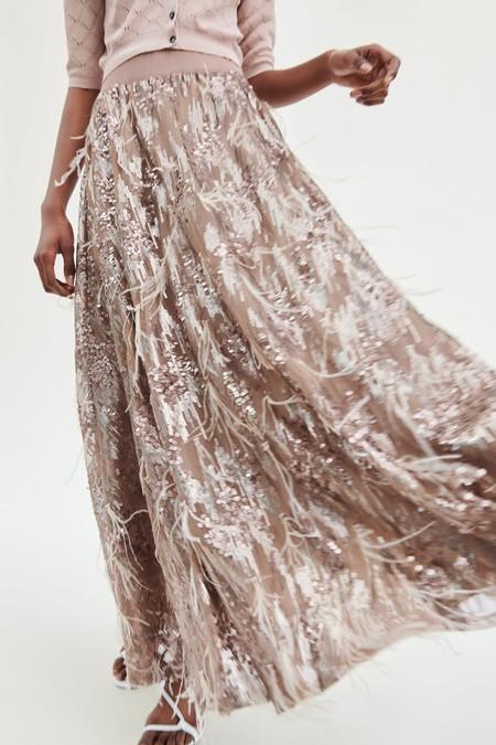 Zara tiene las faldas perfectas para tus looks de invitada