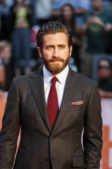 Dos looks de 10: Jake Gyllenhaal estrena película así de increíblemente vestido