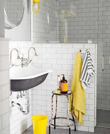 Precioso baño alicatado hasta el techo con toques amarillos