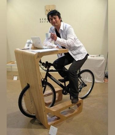 Un escritorio donde poner la bicicleta