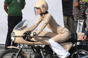 Keira Knightley y Chanel, unidas por dos ruedas (y un casco)