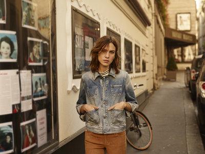 La historia de amor entre Alexa Chung y AG Jeans continúa