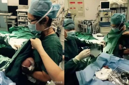 Una enfermera da el pecho a un bebé para calmarle el dolor de la intervención