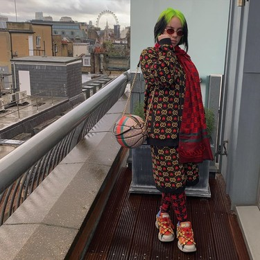 El estilo (y el armario) de Billie Eilish se llena de llamativos total looks forrados con el logo de Gucci
