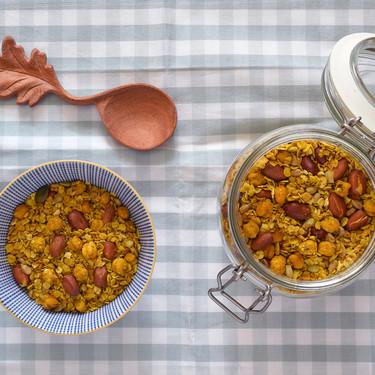 Cómo hacer granola salada con avena y garbanzos: la adictiva receta para completar tus ensaladas, cremas y mucho más
