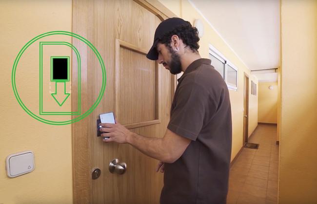 Esta puerta conectada facilita la entrega de paquetes en casa cuando estamos ausentes con la ayuda de nuestro móvil
