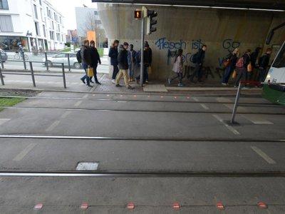 ¿Semáforos especiales en aceras para los adictos al móvil? Sí, hemos llegado demasiado lejos