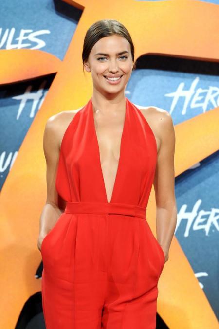 Irina Shayk de rojo pasión en la premiere de Hércules