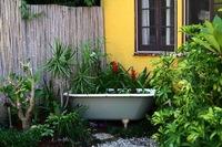 Recicladecoración: una bañera convertida en jardinera