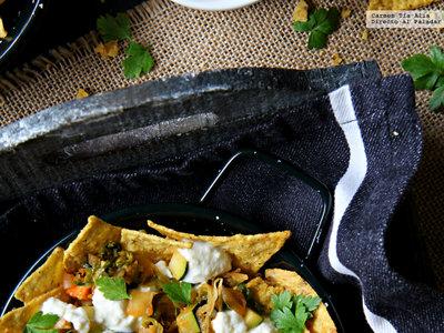 Nachos con calabacín, jalapeño y feta. Receta vegetariana