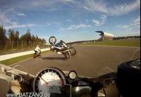 Si te pasa una moto rozándote la cabeza, no lo dudes, es tu día de suerte