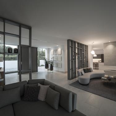 Puertas abiertas: una espectacular villa de Ark Architects en Sotogrande con mobiliario de Tattoo
