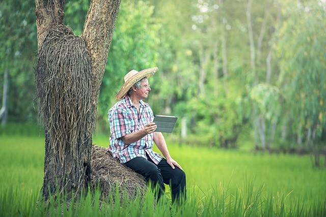 Hombre sentado en un tronco, feliz.
