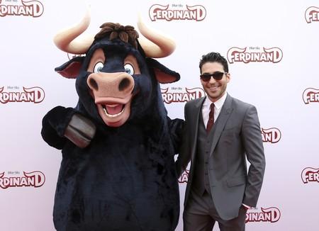 Miguel Ángel Silvestre comparte alfombra roja con Nick Jonas en el estreno de Ferdinand