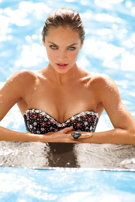 ¡Arriba el verano! O al menos eso pretenden los de Victoria's Secret con su nuevo catálogo de baño 2013
