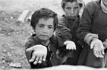 Carlos Saura Niños Pidiendo Limosna España Anos 50