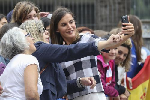 La Reina Letizia acierta de lleno con los cuadros vichy y demuestra que los pantalones blancos también son para los días nublados